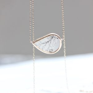 メノウの樹枝状晶ネックレス。